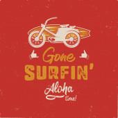 Ročník ručně kreslený letní tričko. Pryč surfování - aloha čas s surfování staré motocyklu a Shaka znamení. Perfektní pro T, hrnek nebo jakékoliv jiné otisky. Stock vektor izolovaný na grunge backgound.