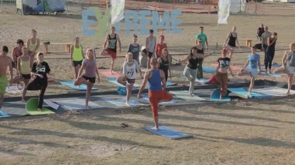 Skupina mladých lidí, cvičení jógy