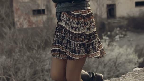 Dívka šaty a kožené bundě na parapetu před opuštěný dům na horách