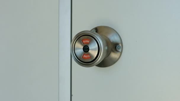 Closeup kulaté kovové kliku na bílé dveře