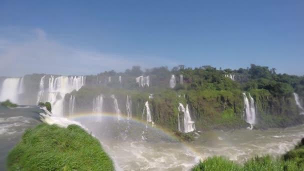 Fantasztikus kilátás a szivárvány Iguazu-vízesés. Az egyik természeti csodája a világ