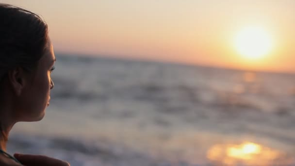 Smutná dívka při pohledu na západ slunce