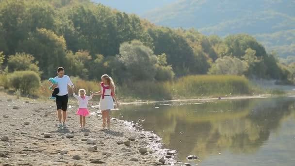 Báječné rodinné procházky podél břehu rybníka