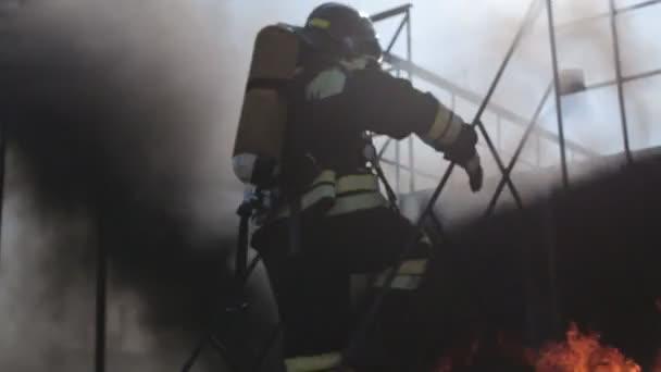 Tűzoltók egyenruhát és maszkok, és le a lépcsőn, a tűz