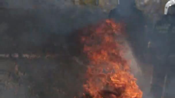 Hasiče uhasit požár s vodním paprskem