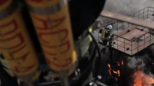 Hasiči v plynové masce při požáru, střelba z výšky
