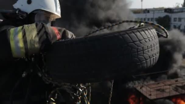 Hasiči sobě plynové masky práce ve velkých výškách při požáru
