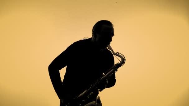 Szaxofon játékos egy befest háttér