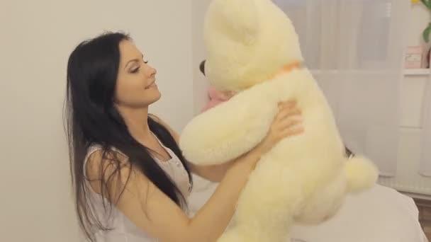 Dívka hraje s Medvídek