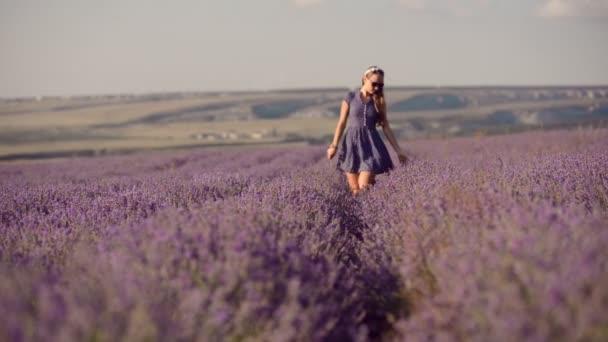 Mädchen Spaziergänge im Lavendelfeld