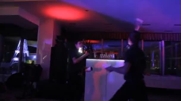 Akrobatické show barman provedení