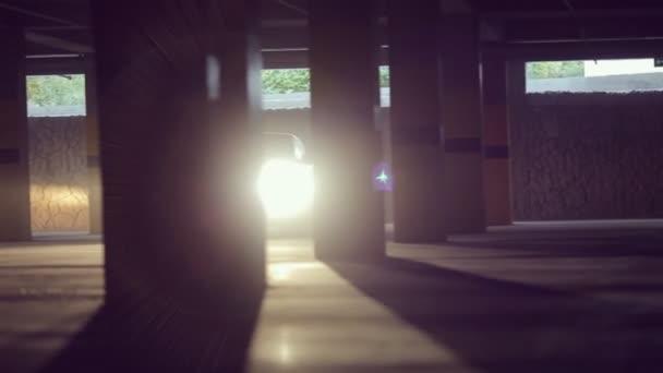 Auto se pohybuje na parkoviště. podsvícení