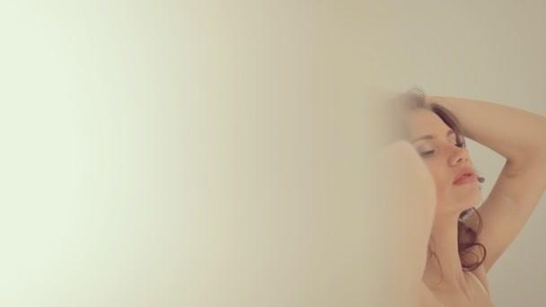 Krásná dívka pózuje pro fotografa v přední části zrcadlo