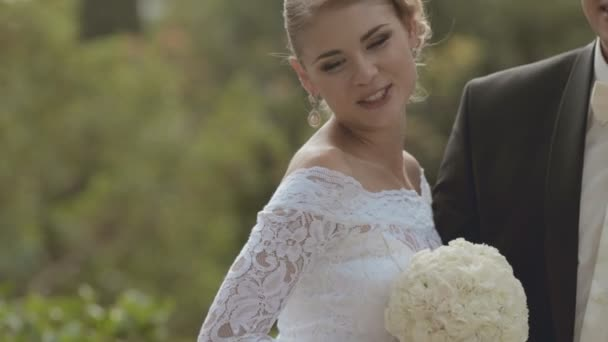 Nevěsta a ženich líbat navzájem v přírodě