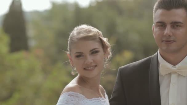 Úžasné nevěsta polibky ženicha a usmívá se v přírodě
