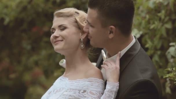 ženich líbá nevěstu v parku