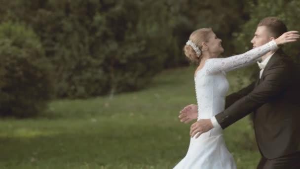 Nevěstu k ženichovi a znepřátelí ji