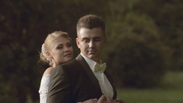 Krásná nevěsta a ženich v přírodě