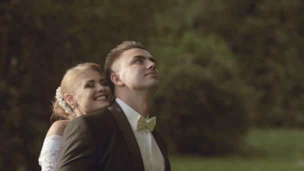 Šťastný a zamilovaný nevěsta a ženich