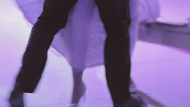 Ženich a nevěsta tančí valčík
