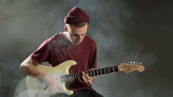 Talentovaný hudebník, hrál na kytaru v temné studio v kouři