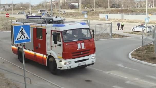 Sevastopol, Krym, Rusko - 26 března 2015: Cvičení hasičů. Požární vůz jezdí na místě nehody městem