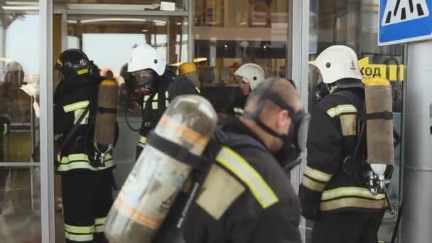 Sevastopol, Krym, Rusko - 26 března 2015: Cvičení hasičů. Hasiči nosí a kontrolovat jejich vybavení, připravit do práce