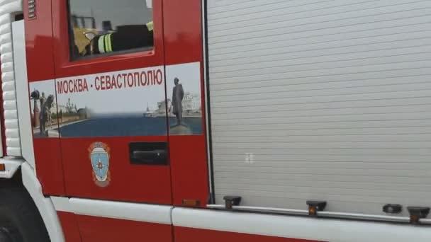 Sevastopol, Krym, Rusko - 26 března 2015: Cvičení hasičů. Hasičský vůz s pompier projížďka průmyslovým městem se sirénou