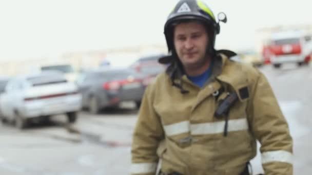 Sevastopol, Krym, Rusko - 26 března 2015: Cvičení hasičů. Záchranář jde do svého týmu a dává jim instrukce
