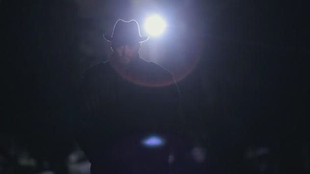 Titokzatos férfi fekete köpenyt és hat éjszaka állt a park, a fény a hold alatt
