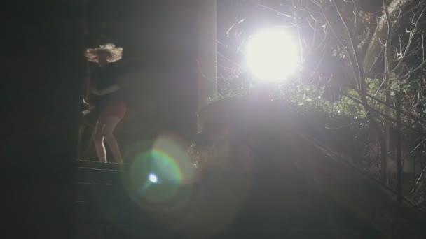 Rémült lány egy rövid ruhát fut el éjszaka a lépcsőn támadás
