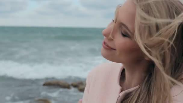 Milující dívka vychutnával chlad mořský vánek