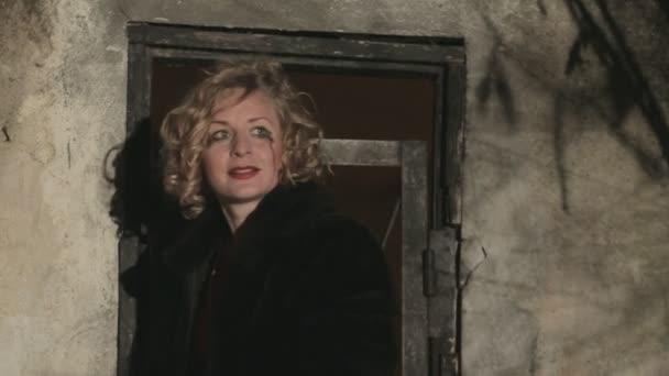 Vyděšená žena v slzách se snaží otevřít zamčené dveře v noci a útěk z maniaka