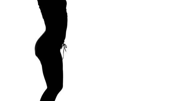 Silueta tanečnice energicky na bílém pozadí