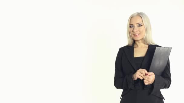 Egy magabiztos üzleti nő egy dosszié-ban kezek-ra egy fehér háttér stúdió-portré