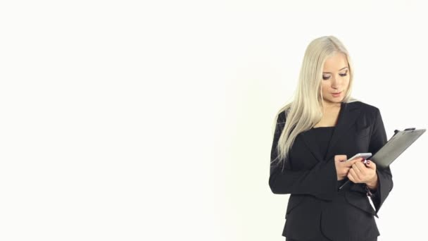Obchodní žena vytočí telefonní číslo a mluví po telefonu na bílém podkladě ve studiu