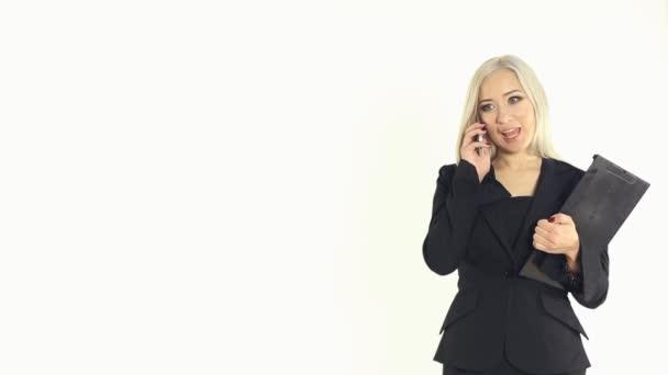 Atraktivní blondýnka obchodní žena mluvila po telefonu se složkou v ruce na bílém podkladě ve studiu