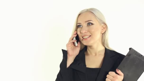 Közeli kép: egy szőke kék szemű üzleti öltöny beszél a telefonon, a stúdió fehér háttér