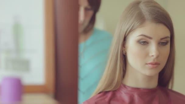 Fodrászat frizura modell teszi