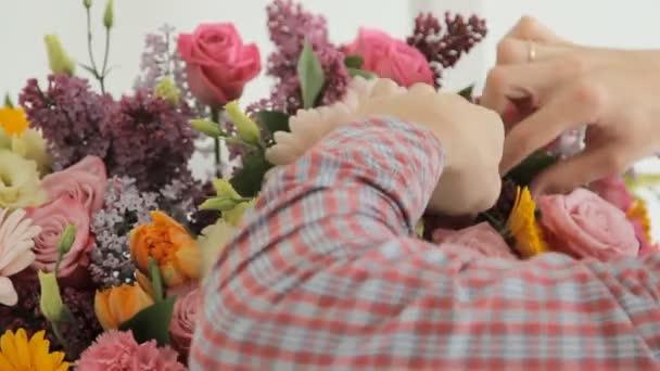 riesiger Frühlingsstrauß aus Fliedern, Rosen, Chrysanthemen, Gerberas und Nelken