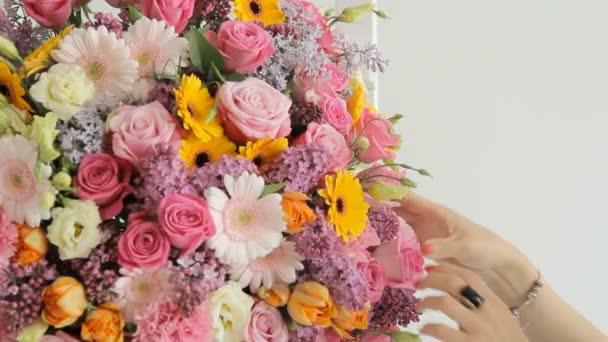 Detail obrovské kytice, sestávající z šeříky, růže, tulipány, lilie, karafiáty a jiných barevných květin