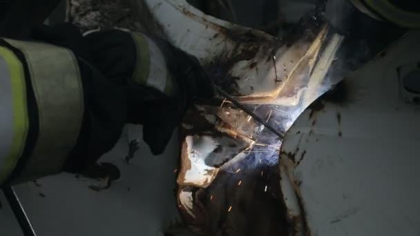 Hasiči pracují s svařování, detailní záběr na cvičení svářeč
