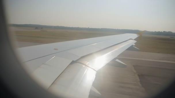Letadlo se jezdí na přistávací dráhu na letišti