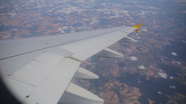 Tryskové letadlo letí ve vysoké nadmořské výšce