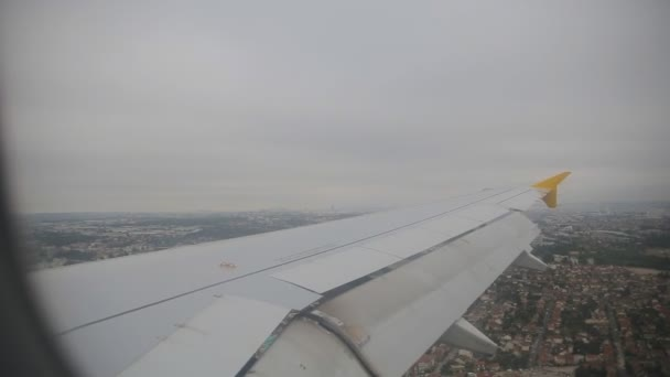 Letadlo letí nad zemi a připravuje pro vykládka
