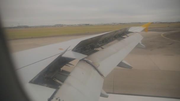 Letadla přistávající, pohled z kokpitu okna