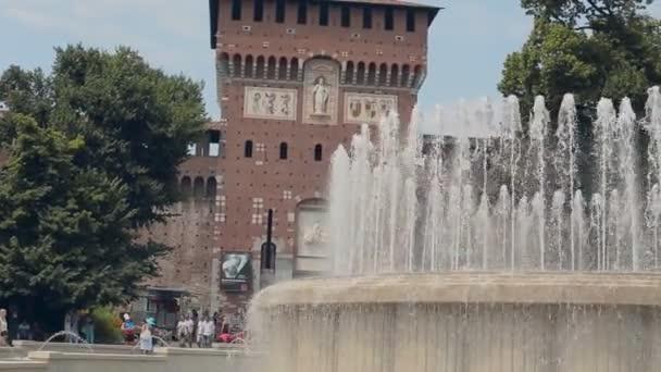 Milano, Italia-luglio 21,2015: Famosa Piazza Castello Vintage Castello Sforzesco centrale Torre dellorologio di Milano Italia il 21 luglio 2015 a Milano, Italia