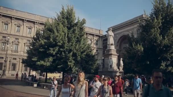 Milano, Italia-luglio 21,2015: La gente che cammina vicino a statua di Leonardo da Vinci in Piazza della Scala a Milano, Italia