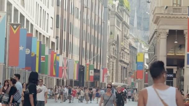 Milano, Italia-luglio 21,2015: Banner di International Exhibition Expo 2015, esposti per le strade nei pressi della Cattedrale del Duomo in 21 luglio 2015 a Milano, Italia