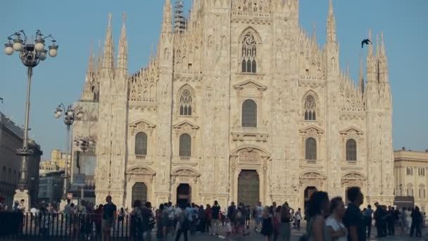 Milano, Italia-luglio 21,2015: Turisti e residenti a piedi sulla piazza centrale vicino a Piazza Duomo in 21 luglio 2015 a Milano, Italia
